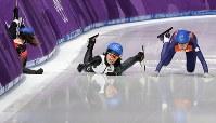 女子マススタート1回戦で転倒する佐藤綾乃(中央)=江陵オーバルで2018年2月24日、佐々木順一撮影