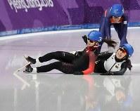 女子マススタート1回戦で転倒する佐藤綾乃(右下)=江陵オーバルで2018年2月24日、佐々木順一撮影