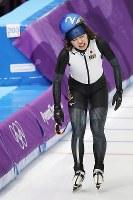 女子マススタート1回戦で転倒した佐藤綾乃=江陵オーバルで2018年2月24日、佐々木順一撮影