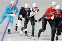 男子マススタート1回戦で滑走するウイリアムソン師円(中央)=江陵オーバルで2018年2月24日、佐々木順一撮影