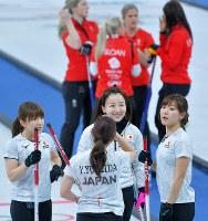 【日本-英国】第2エンド、1点取り返して同点に戻し、笑顔を見せる藤沢五月(中央)ら日本チームの選手=江陵カーリングセンターで2018年2月24日、手塚耕一郎撮影
