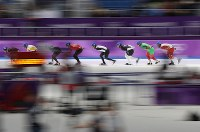 男子マススタート1回戦で滑走する土屋良輔(中央)=江陵オーバルで2018年2月24日、佐々木順一撮影