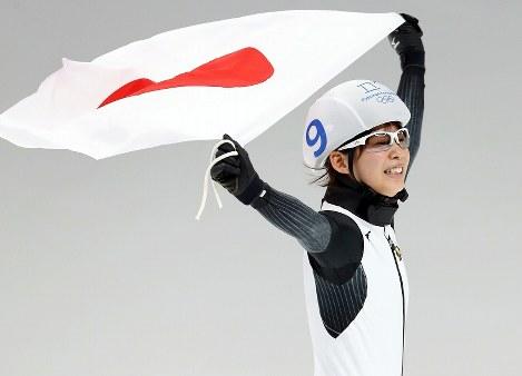 女子マススタート決勝で金メダルを獲得し、日の丸を掲げる高木菜那=江陵オーバルで2018年2月24日、佐々木順一撮影