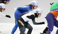 女子マススタート決勝で滑走する高木菜那(中央)=江陵オーバルで2018年2月24日、佐々木順一撮影