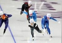 女子マススタート決勝、最後の直線で抜け出し、金メダルを獲得した高木菜那(中央)=江陵オーバルで2018年2月24日、佐々木順一撮影