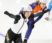 女子マススタートで優勝し、両手を上げて喜ぶ高木菜那(左)=江陵オーバルで2018年2月24日、佐々木順一撮影