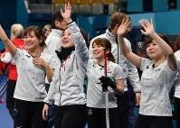【日本―英国】3位決定戦で英国を破り銅メダル獲得を決めて涙を流しながら観客に手を振る藤沢五月(左から2人目)ら日本代表の選手たち=江陵カーリングセンターで2018年2月24日、宮間俊樹撮影