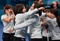 【日本―英国】3位決定戦で英国を破り銅メダル獲得を決めて涙を流しながら抱き合う藤沢五月(左)と本橋麻里(右)=江陵カーリングセンターで2018年2月24日、宮間俊樹撮影