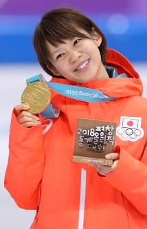 女子マススタートで金メダルを獲得し、笑顔を見せる高木菜那=江陵オーバルで2018年2月24日、佐々木順一撮影