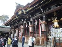 本殿に手を合わせる人々=京都市上京区の北野天満宮で、玉木達也撮影