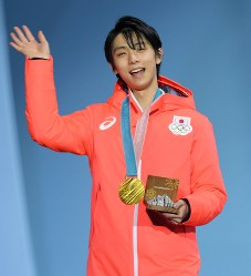 Yuzuru Hanyu waves at fans with a smile after being awarded a gold medal in the men's figure skating at the 2018 Winter Olympics at the Gangneung Ice Arena in South Korea, on Feb. 17, 2018. (Mainichi)