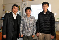 Tokyo University of Agriculture and Technology Institute of Engineering professor Masaki Nakagawa, left, is seen with Vietnamese students Tuan Nam Ly, center, and Kha Cong Nguyen at the school's Koganei, Tokyo campus on Jan. 11, 2018. (Mainichi)
