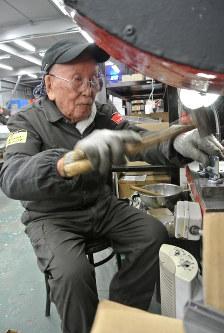 Ninety-year-old Mamoru Hirahisa works at Yokobiki Shutter in Tokyo's Adachi Ward on Jan. 30, 2018. (Mainichi)
