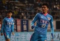 ピッチ上で躍動する田川選手(右)