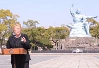 平和祈念像に献花後スピーチするチリのバチェレ大統領