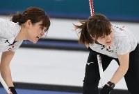 【日本―英国】3位決定戦の第10エンド、スイープする吉田知那美(左)と鈴木夕湖=江陵カーリングセンターで2018年2月24日、宮間俊樹撮影