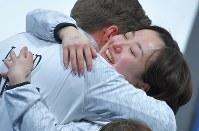 【日本-英国】銅メダルを獲得し、涙を流してリンドコーチに抱きつく藤沢五月=江陵カーリングセンターで2018年2月24日、手塚耕一郎撮影