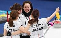 【日本―英国】英国に勝利して銅メダルを獲得し、抱き合う(上から時計回りに)藤沢五月、吉田夕梨花、鈴木夕湖、吉田知那美=江陵カーリングセンターで2018年2月24日、山崎一輝撮影