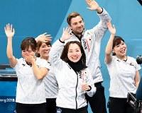 【日本―英国】英国に勝利して銅メダルを獲得し、観客の声援に応える(左から)吉田知那美、鈴木夕湖、藤沢五月、リンドコーチ、吉田夕梨花=江陵カーリングセンターで2018年2月24日、山崎一輝撮影