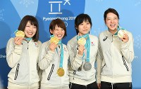 メダルを手に、記者会見で記念撮影に応じる(左から)佐藤綾乃、高木菜那、高木美帆、菊池彩花=平昌のメインプレスセンターで2018年2月25日、山崎一輝撮影