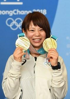 メダルを手に、記者会見で記念撮影に応じる高木菜那=平昌のメインプレスセンターで2018年2月25日、山崎一輝撮影
