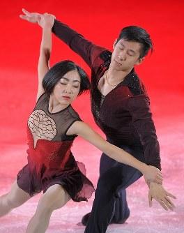 エキシビションで演技する中国の隋文静、韓聡組=江陵アイスアリーナで2018年2月25日、手塚耕一郎撮影