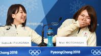 銅メダル獲得から一夜明けた記者会見で泣きそうになる本橋麻里(右)の背中をさする藤沢五月=平昌のメインプレスセンターで2018年2月25日、山崎一輝撮影