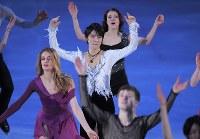 【平昌五輪】エキシビションの最後で、他の選手と一緒に踊る羽生結弦(中央)=江陵アイスアリーナで2018年2月25日、手塚耕一郎撮影