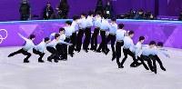 【金メダル1個目】フィギュアスケート・羽生結弦。ショートプログラム冒頭に復活を告げる4回転サルコウを決めた=江陵アイスアリーナで2018年2月16日、宮間俊樹撮影(右から左へ、16枚の写真を合成)