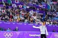 【金メダル1個目】フィギュアスケート・羽生結弦。リンクに詰めかけた多くの観客からの声援に応えた=江陵アイスアリーナで2018年2月17日、手塚耕一郎撮影