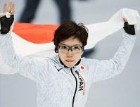 【金メダル2個目】スピードスケート・小平奈緒(女子500メートル)。涙ぐみながら日の丸を掲げた=江陵オーバルで2018年2月18日、手塚耕一郎撮影