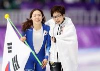 【金メダル2個目】スピードスケート・小平奈緒(女子500メートル)。ライバルの李相花と抱き合い、互いの健闘をたたえた=江陵オーバルで2018年2月18日、佐々木順一撮影