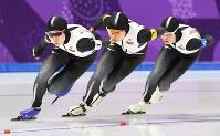 【金メダル3個目】スピードスケート・高木菜那、高木美帆、佐藤綾乃、菊池彩花(女子団体追い抜き)。選手同士の距離を詰め、息の合ったフォームで滑走し、終盤オランダを逆転した=江陵オーバルで2018年2月21日、山崎一輝撮影