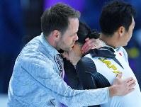 【銀メダル1個目】スピードスケート・高木美帆(女子1500メートル)。0.2秒差で金メダルを逃し、ヨハンコーチ(左)の元で涙した=江陵オーバルで2018年2月12日、手塚耕一郎撮影