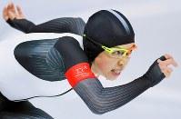 【銀メダル4個目】スピードスケート・小平奈緒(1000メートル)。レース終盤、ゴールを見定めて力走した=江陵オーバルで2018年2月14日、手塚耕一郎撮影