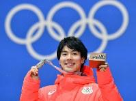 【銅メダル1個目】フリースタイルモーグル・原大智。メダル授与式で銅メダルを手に笑顔を見せた=平昌メダルプラザで2018年2月13日、宮間俊樹撮影