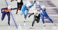 【金メダル4個目】スピードスケート・高木菜那(女子マススタート)。最後の直線で抜け出し、金メダルを獲得した=江陵オーバルで2018年2月24日、佐々木順一撮影