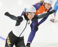 【金メダル4個目】スピードスケート・高木菜那(女子マススタート)。優勝し、両手を上げて喜ぶ=江陵オーバルで2018年2月24日、佐々木順一撮影