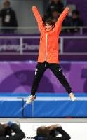 【金メダル4個目】スピードスケート・高木菜那(女子マススタート)。表彰台で大の字に飛び上がって喜んだ=江陵オーバルで2018年2月24日、佐々木順一撮影