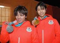 メダルセレモニーを終え笑顔でメダルを手にする金メダルの羽生結弦(右)と銀メダルの宇野昌磨=平昌メダルプラザで2018年2月17日、手塚耕一郎撮影