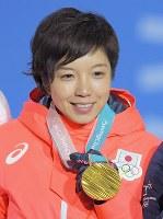スピードスケート女子500メートルの表彰式で、金メダルを手に笑顔を見せる小平奈緒=平昌メダルプラザで2018年2月20日、手塚耕一郎撮影