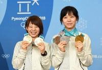 獲得したメダルを手にする高木菜那(左)と高木美帆。姉妹で獲得した種目のメダル数は、国別ランキングに当てはめると14位のチェコの下に入り、15位となる=平昌のメインプレスセンターで2018年2月25日、山崎一輝撮影
