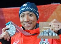 複合個人ノーマルヒルの表彰式を終え、銀メダルを手に笑顔を見せる渡部暁斗=平昌メダルプラザで2018年2月15日、手塚耕一郎撮影