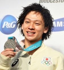銀メダル獲得から一夜明け、記者会見で笑顔を見せる平野歩夢=韓国・平昌で2018年2月15日、山崎一輝撮影