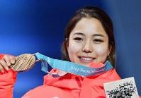 スキージャンプ女子ノーマルヒルで3位に入りメダル授与式で銅メダルを手にする高梨沙羅=平昌メダルプラザで2018年2月13日、宮間俊樹撮影