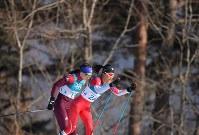 【平昌五輪】スキー女子距離30キロクラシカルで力走する石田正子(右)=アルペンシア距離センターで2018年2月25日、宮間俊樹撮影