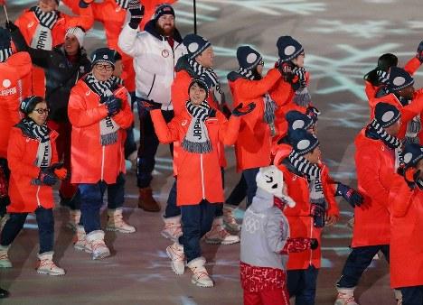閉会式に入場する日本選手団。中央は羽生結弦=平昌五輪スタジアムで2018年2月25日、佐々木順一撮影