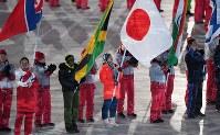 閉会式で旗手として国旗を手に入場する小平奈緒=平昌五輪スタジアムで2018年2月25日午後8時18分、手塚耕一郎撮影