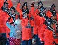 閉会式で笑顔を見せる羽生結弦(中央)=平昌五輪スタジアムで2018年2月25日午後8時28分、手塚耕一郎撮影