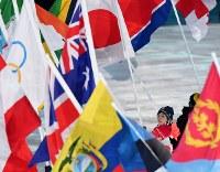 閉会式で旗手を務める小平奈緒=平昌五輪スタジアムで2018年2月25日、宮間俊樹撮影
